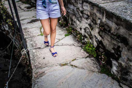sandali bassi blu indossati