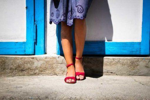sandali bassi rossi indossati