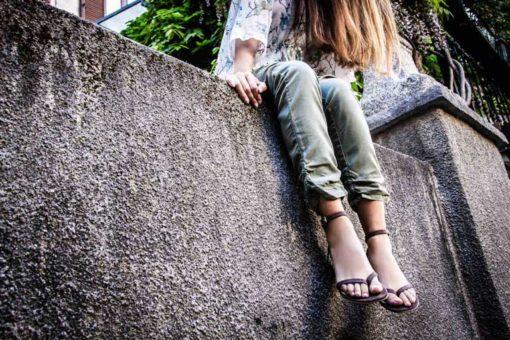 sandali infradito tortora indossati