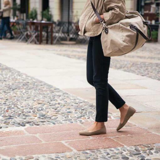 donna indossa ballerine loafer beige