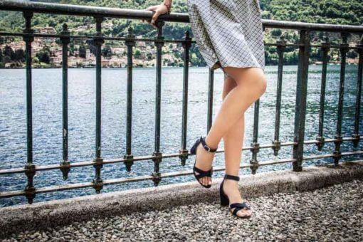 Sandali alti blu scuro indossati