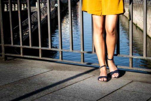 sandali bassi blu scuro indossati