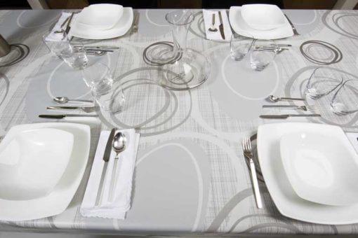tavolo con tovaglia moderna